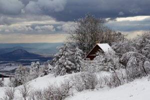 Fotografie zachycuje atmosféru zimního odpoledne, jako bychom se vrátili do dávných dob. Klid a pohodu nic neruší.